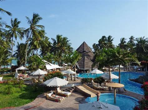 view main pool and beach bulidings - Picture of Diani Reef